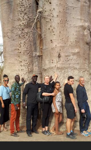 Lea, Joseph, Baudouin, ich, Mara, Sebastian und Hape mit Baobabbaum