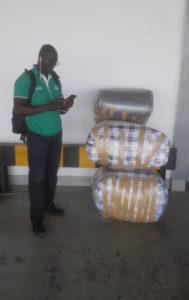 Im Flughafen von Dakar: Die erste Bestellung wird auf den Weg gebracht.
